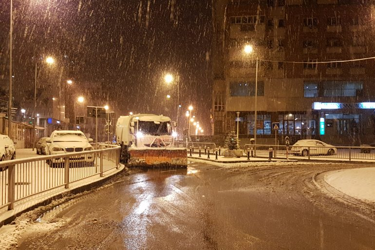 60 de utilaje acționează pentru îndepărtarea zăpezii de pe străzile Craiovei